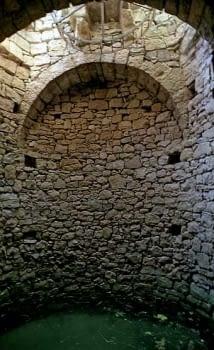 Interior d'una sínia d'apreciable capacitat i bon estat de conservació.