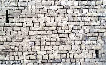 Detall de la paret. Estructura quasi perfecta de natura reconstruïda. Sembla  un  homenatge als constructors de pedra en sec.