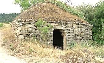 Una  de  les cabanes quadrades cobertes amb una falsa cúpula. Aquest tipus  de  cabanes són el motiu principal de la visita.