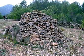 Aquí un munt de pedres. Aquesta disposició ordenada, que de vegades ens fa suposar que  es  tracta d'alguna cosa més que un munt, es troba per tot Catalunya, allà on hi ha pedra sobrera.