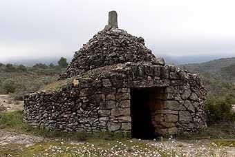 """Sortint de Bellaguarda passem aviat a terres del priorat  on trobem aquest preciós aljub,  que havíem vist tantes  vegades  en  publicacions de pedra seca.  L'anomenen """"l'aljub del gris"""", és al terme d'Ulldemolins."""