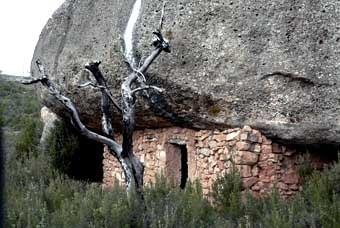 Primera balma. Les balmes - o baumes - són generosos espais sota grans roques.  Coves naturals proveïdes, de vegades, d'un tancament frontal de pedra seca.  Són les balmes murades. Es van utilitzar, com tota l'arquitectura rural, fins als anys cinquanta del segle passat. S'hi podia viure de forma permanent.