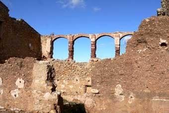 Ruines d'un hostal, l'hostalet de la serra.  Els  hostals van complir una funció important abans del transport mecanitzat, en el món dels traginers.