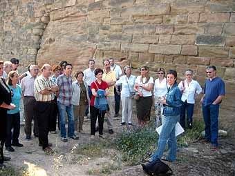 A la muralla nord del castell -com diuen els lleidatans- la Montse Sánchez ens explica la construcció dels pous de gel  de la ciutat. Llegiu la informació de l'ajuntament sobre ambdues construccions, els dipòsits i les fonts.
