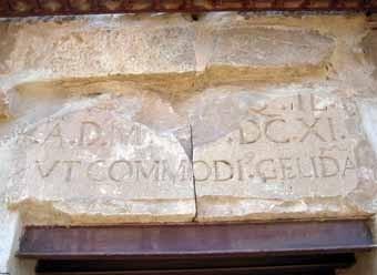 La porta exterior al segon pou, que és el més antic.
