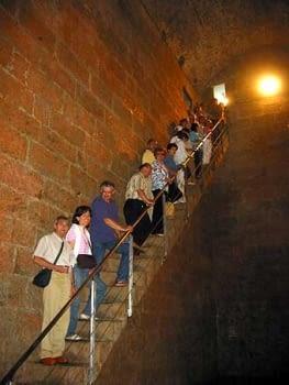 El grup a la sortida.  L'escala dóna també una idea de l'altura de les parets.