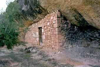 Juncosa es troba en un extrem de les Garrigues on són comuns les balmes murades, cavitats arrecerats sota les roques on s'hi va fer vida fins a mitjans del segle passat. Aquesta és la primera balma que vam visitar.