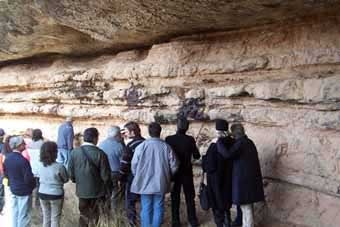 Interior d'una altra balma sense mur a l'entrada. Hi ha tot un misteri entorn d'aquestes taques a la paret