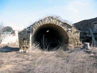 El brull de les Pallargues. Cabana de volta de les eres,   segurament una pallissa sense façana anterior.  Al  seu  lloc hi havia dues grans portes  de  les quals encara en  queden senyals.