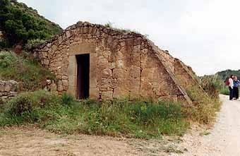 Una cabana assegurada amb contraforts.