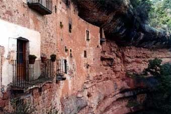 El Puig de la Balma. És un conjunt on hi ha restaurant,  ermita, museu i una casa rural. Una vista de calendari.