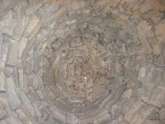 Aquesta, com les altres dues circulars, va ser feta per  picapedrers. És de notar que són aprop de pedreres;  una bona ocasió per fer-ne l'art que contemplem.