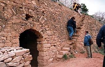 A Vallbona  hi  ha  diversitat  d'estils en construccions relativament modernes, fetes amb bona pedra. Aquesta escala és de les més completes que hem trobat; sols hi falta la barana!.
