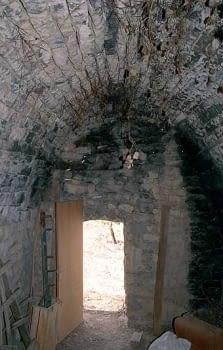 Interior d'aquesta cabana  on  s'observa l'esbeltesa de  l'arc apuntat.