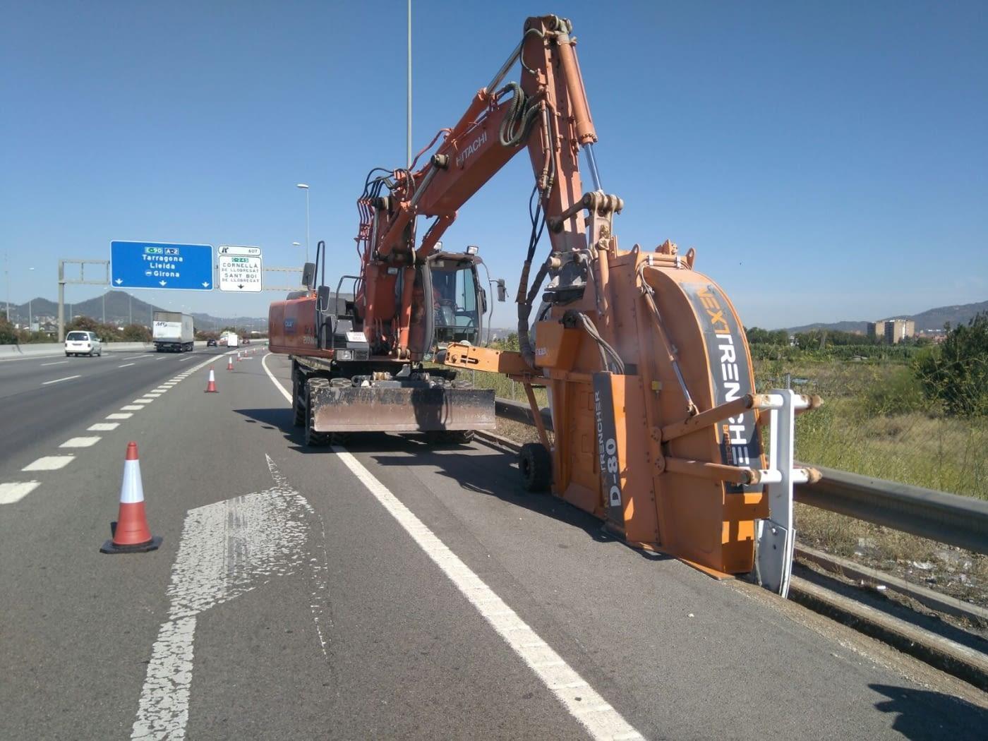 Obras en el arcén del A2 para enterrar el alumbrado del área metropolitana de Barcelona