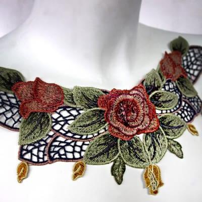 Cuello Rosas Rojas