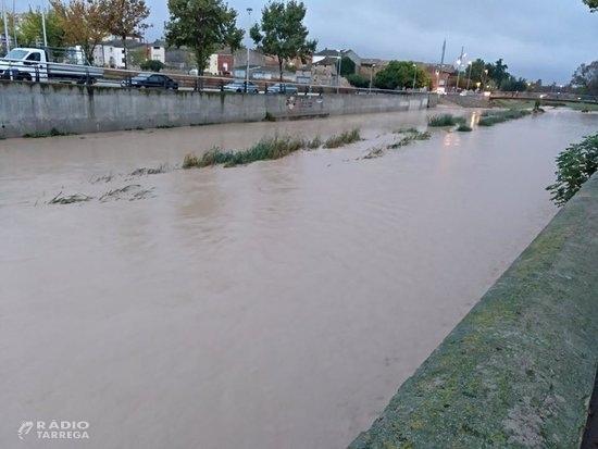 Carretera tallada i sense transport escolar per la pujada del riu Sió a les Oluges