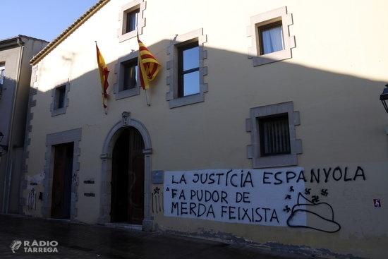 Els CDR tornen a escampar fems i escombraries a les portes dels jutjats de Catalunya