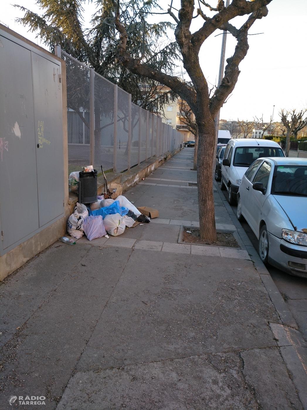 Alguns veïns del barri de la Plana de Tàrrega protesten per la nova ubicació dels contenidors d'escombraries deixant la brossa al terra