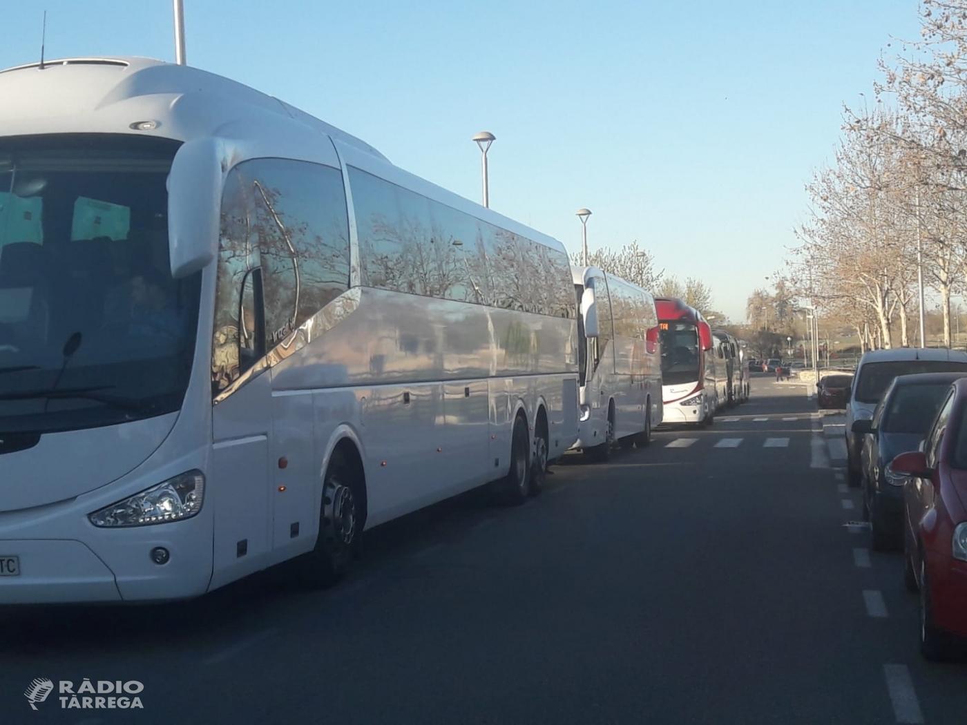 Surten sis autobusos de Tàrrega per anar a la manifestació de Madrid