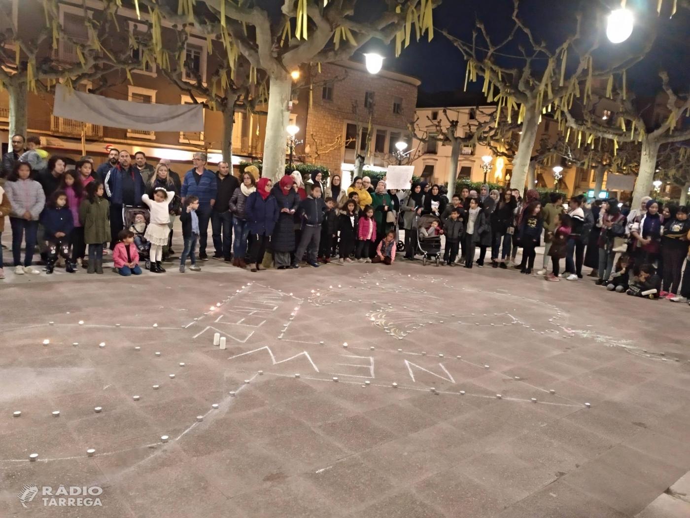 Més de 200 persones es concentren a la plaça del Carme de Tàrrega en contra del terrorisme