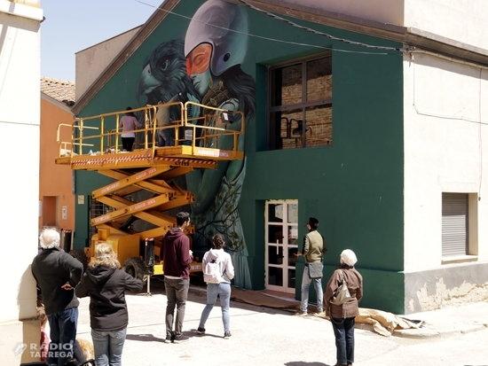 Artistes i grafiters sacsegen els esprais pel Festival Gargar de murals i Art Rural a Penelles