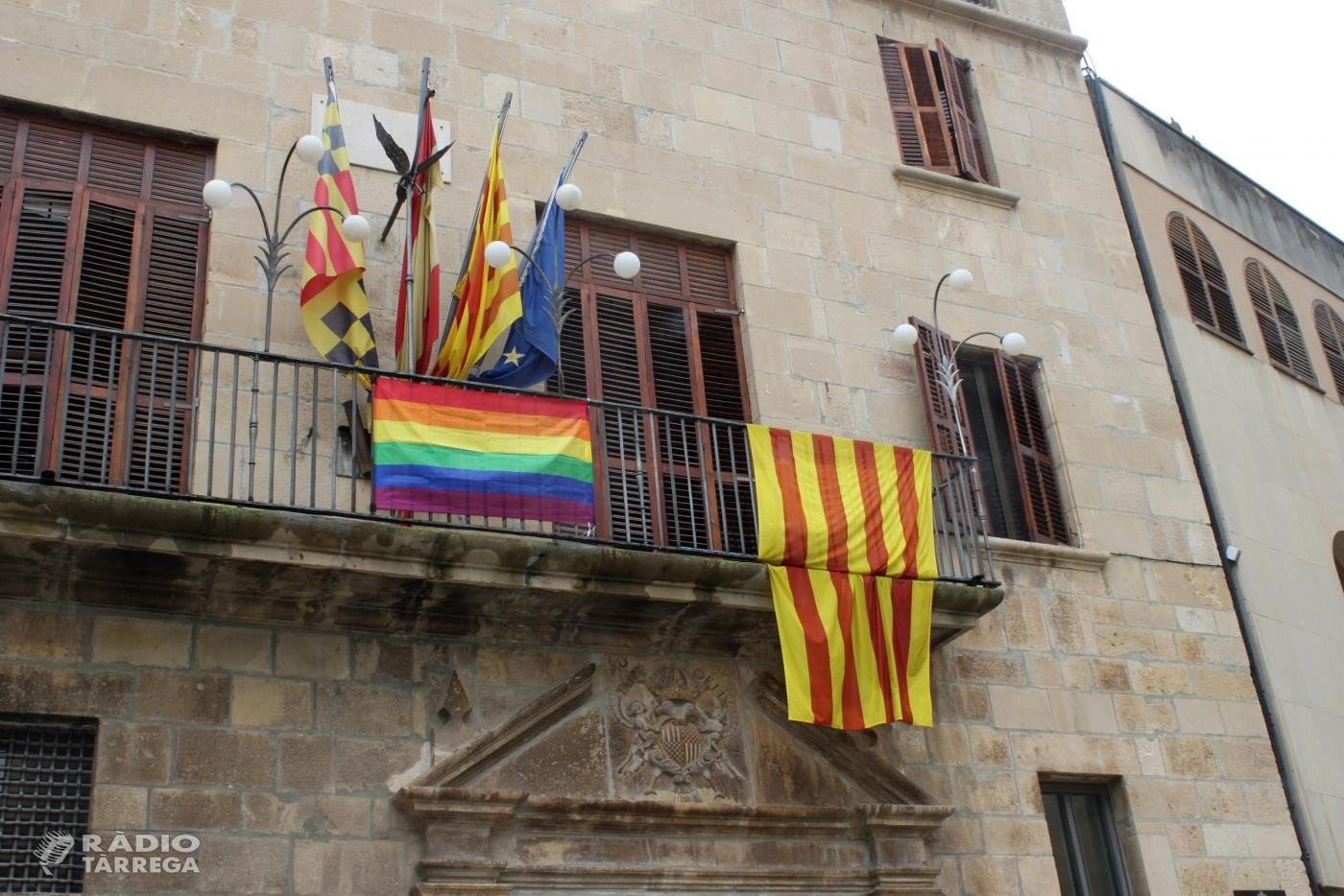L'Ajuntament de Tàrrega posa la bandera arc iris al balcó de la Casa Consistorial com a expressió de suport a la igualtat de tracte de les persones LGTBI