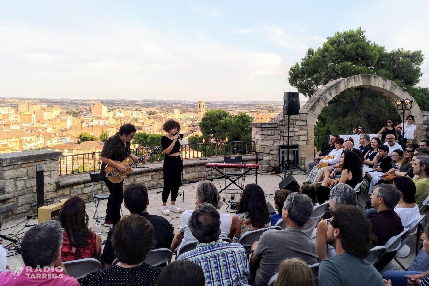 """La cantant Paula Valls encisa el públic en el primer concert de """"Terrats en Cultura"""" a Tàrrega, celebrat a la miranda del Parc de Sant Eloi"""