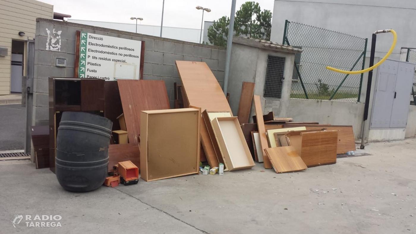 Per segon cop en poques setmanes deixen residus a les portes de la deixalleria