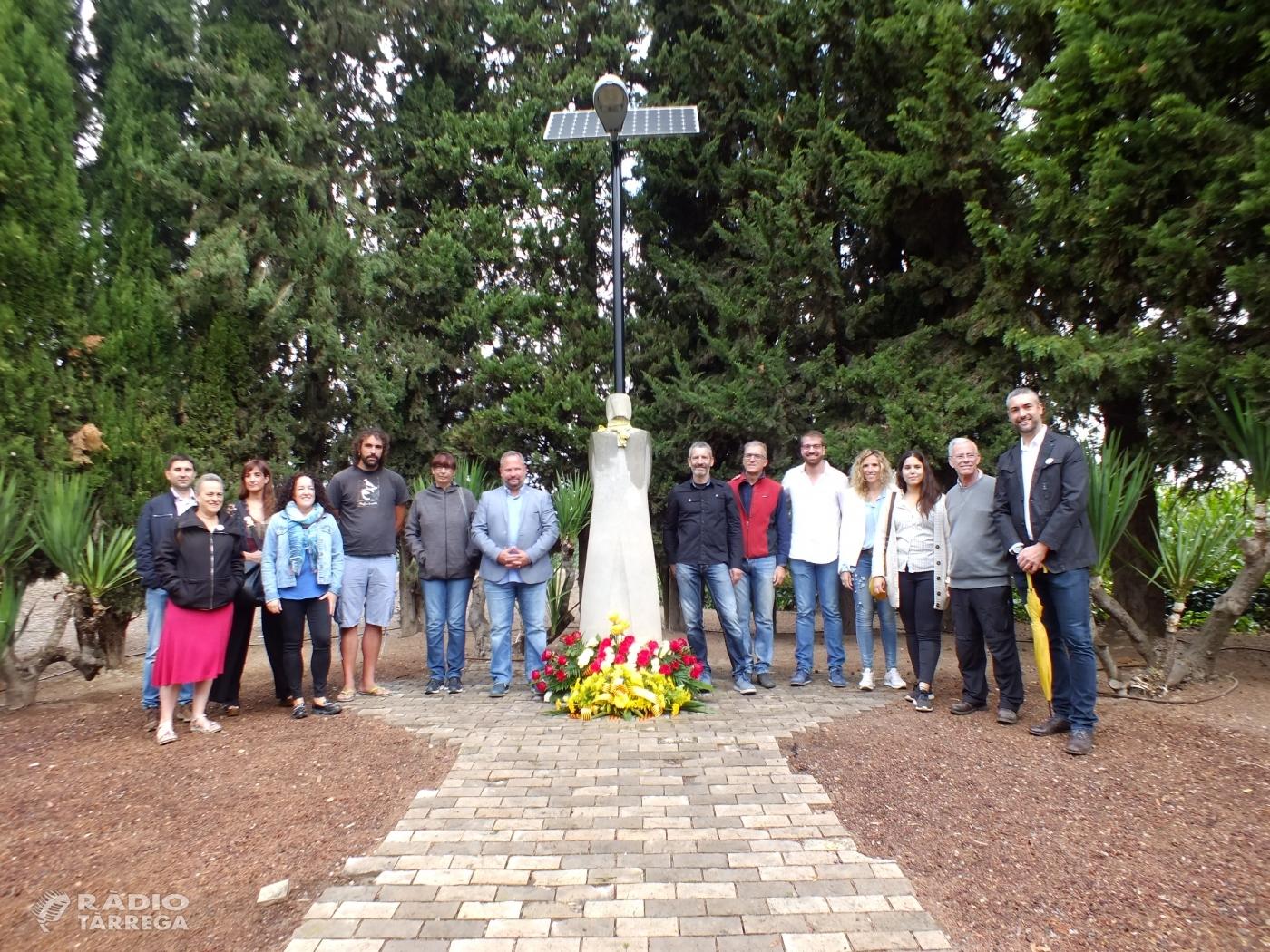 Ofrena floral al monument de Lluís Companys al Tarròs