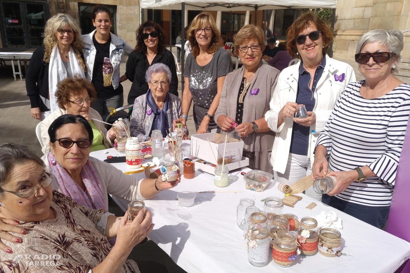 Tàrrega imparteix tallers de manualitats al carrer en el marc del programa 'Sempre Acompanyats' adreçat a la gent gran