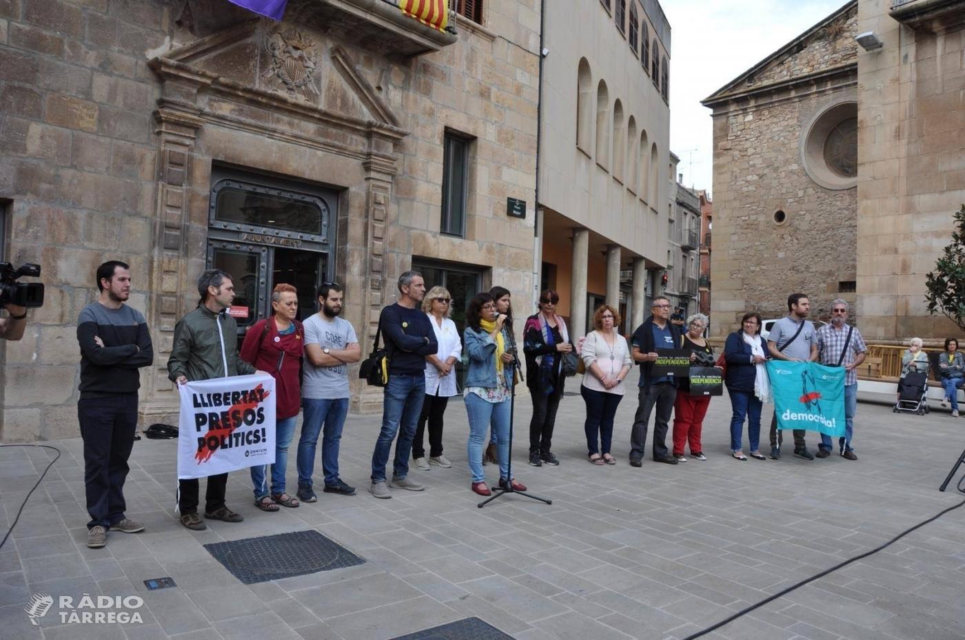 L'Ajuntament de Tàrrega expressa el rebuig contra la sentència als líders independentistes en una concentració a la plaça Major