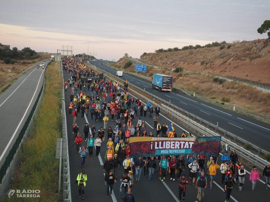 Unes 2.000 persones surten de Tàrrega a la Marxa per la Llibertat caminant per l'autovia A-2 en direcció Barcelona