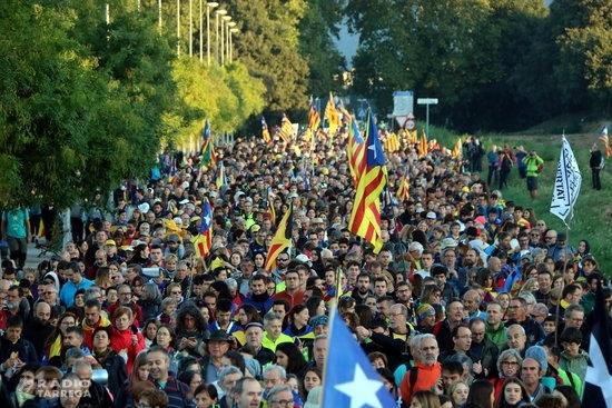 Unes 2.000 persones inicien el segon dia de la Marxa per la Llibertat des d'Igualada caminant per l'A-2