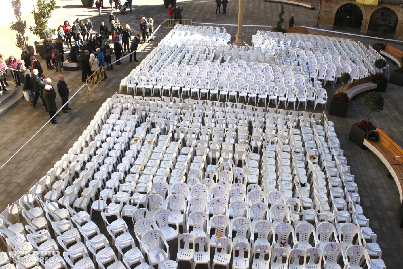 Tàrrega recorda les dones assassinades per violència masclista posant més d'un miler de caires buides a la plaça Major