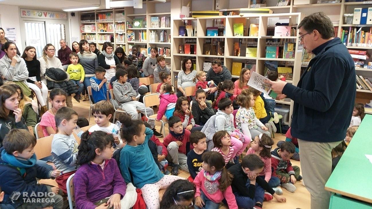 El director de cultura dels serveis territorials a Lleida Miquel Àngel Cullerés, explica contes a l'escola Àngel Guimerà de Tàrrega