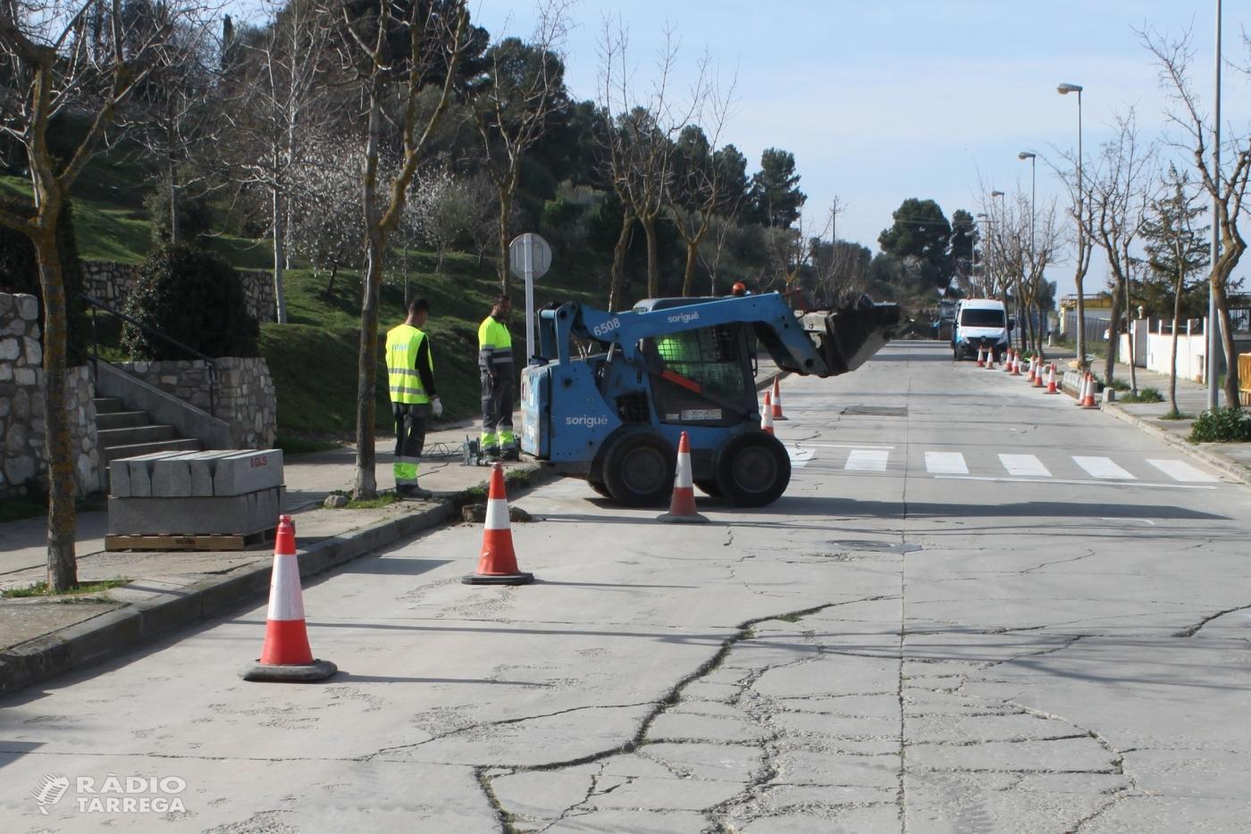 Tàrrega inicia els treballs per renovar el paviment del carrer de Les Oliveres, situat a la falda del Parc de Sant Eloi