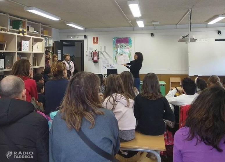 L'alcaldessa de Tàrrega explica un conte en el marc de la Biblioteca Oberta de l'Escola Àngel Guimerà
