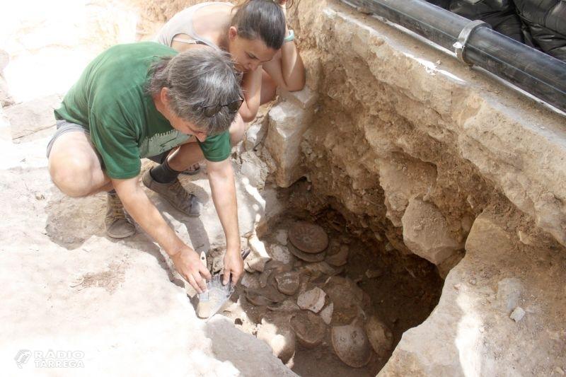 L'excavació arqueològica a la plaça Major de Tàrrega posa al descobert valuoses troballes com plats decorats dels segles XVI i XVII