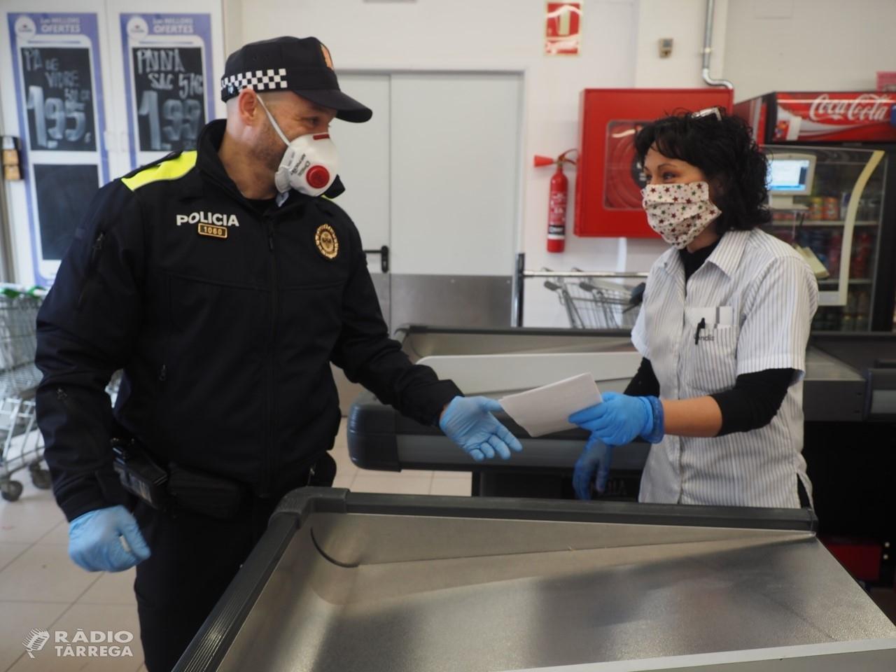 La Policia Local de Tàrrega reparteix fulletons per recordar a les persones vulnerables que tenen a la seva disposició la Xarxa de Voluntariat
