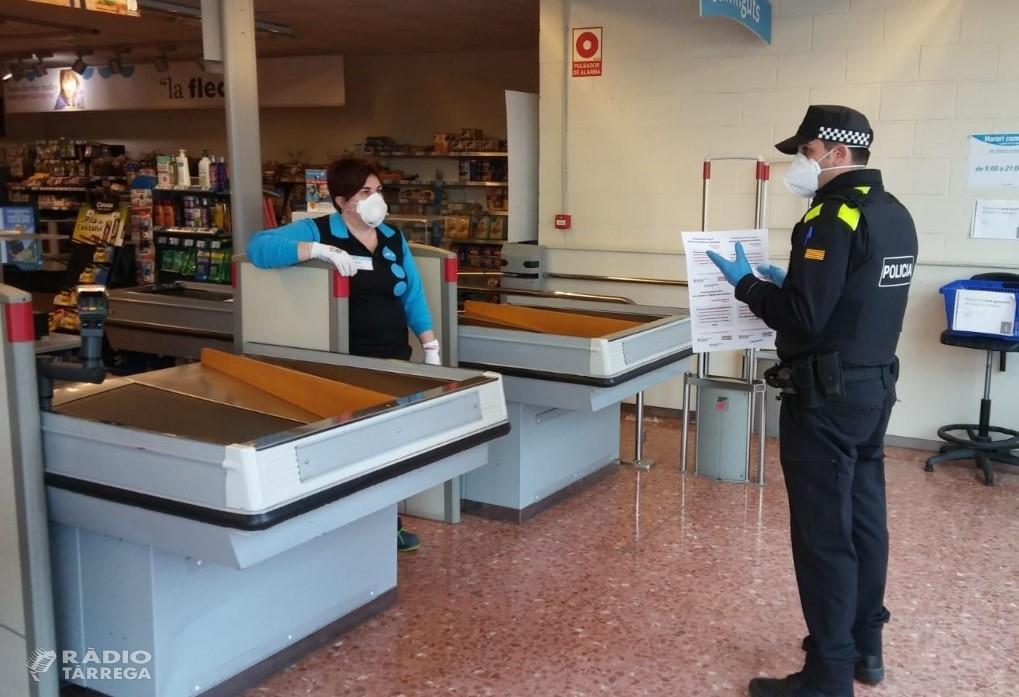 La Policia Local de Tàrrega distribueix els cartells de la campanya 'Establiment segur contra la violència masclista' als comerços que romanen oberts