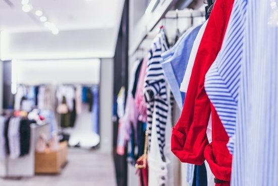 Els comerços hauran d'oferir gel desinfectant i només podrà entrar una persona als provadors de roba a partir de demà