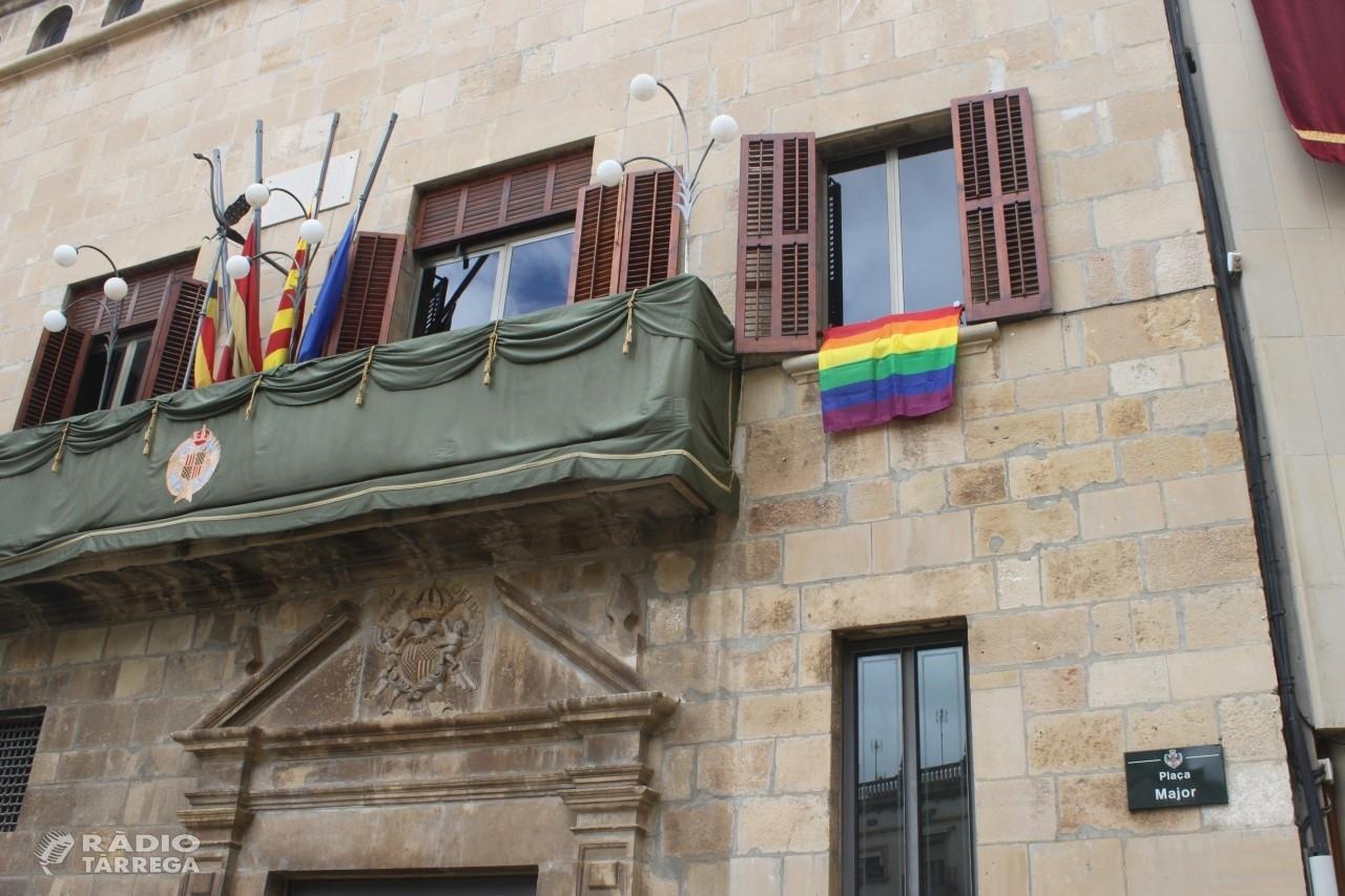 L'Ajuntament de Tàrrega posa la bandera multicolor a la Casa Consistorial amb motiu del Dia Internacional contra la LGTBI-fòbia