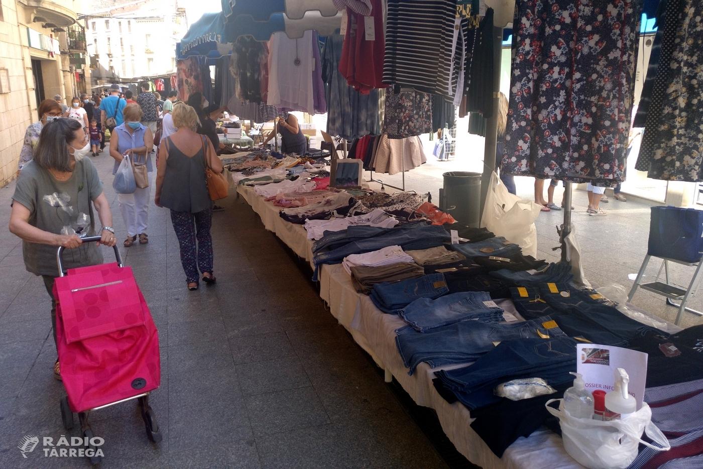 El mercat setmanal de Tàrrega recupera amb èxit les parades de tèxtil, calçat i complements