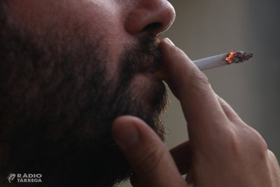 El Ministeri de Sanitat i les CCAA pacten prohibir fumar al carrer si no es manté la distància i tancar discoteques