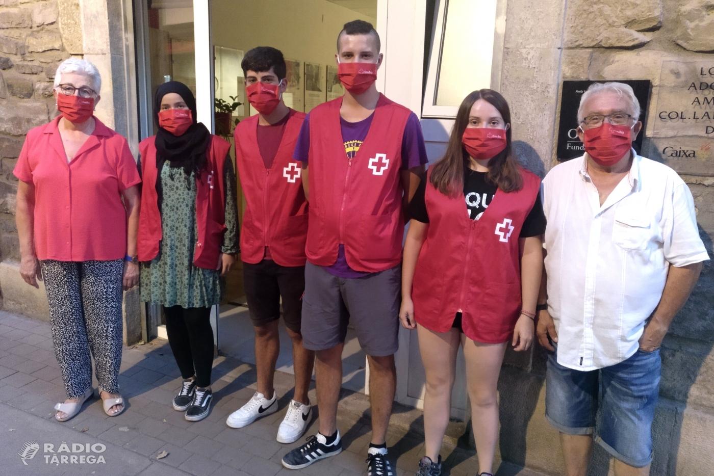 Creu Roja desplega quatre agents de salut a Tàrrega per sensibilitzar la gent jove davant la Covid-19 durant l'oci nocturn