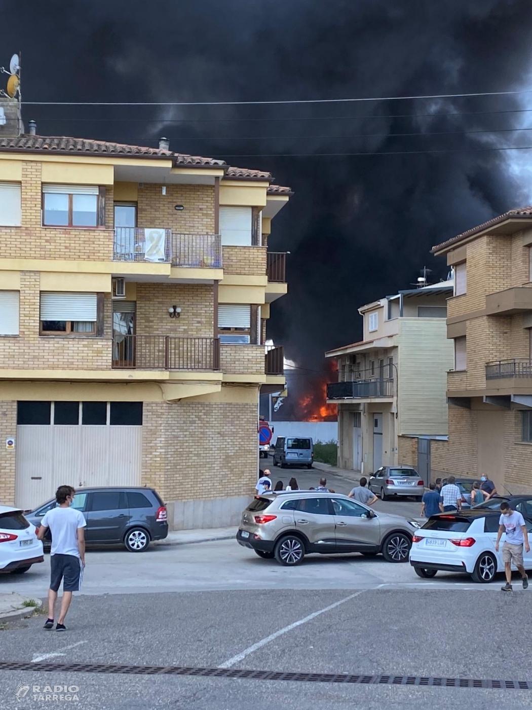 ACTUALITZACIÓ - Incendi a un solar pròxim a una nau d'un taller mecànic a Tàrrega