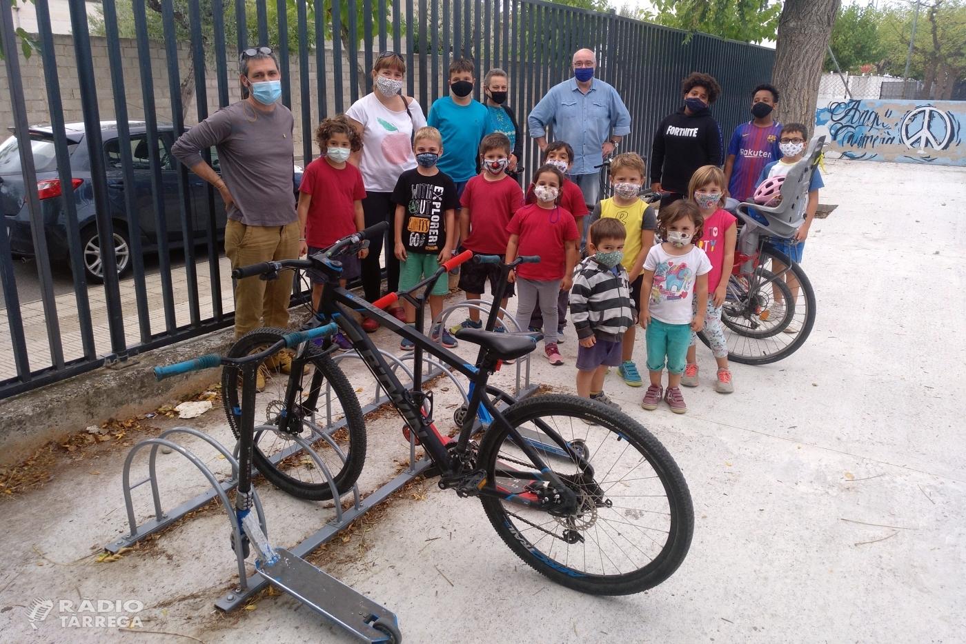 L'Escola Àngel Guimerà de Tàrrega promociona els aparca-bicis per afavorir una mobilitat més sostenible