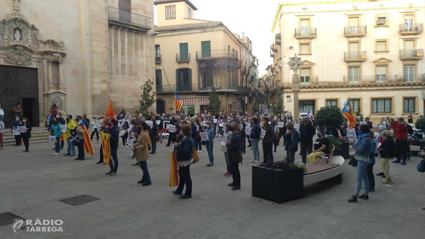Concentració a la plaça Major en rebuig a la inhabilitació del president Quim Torra
