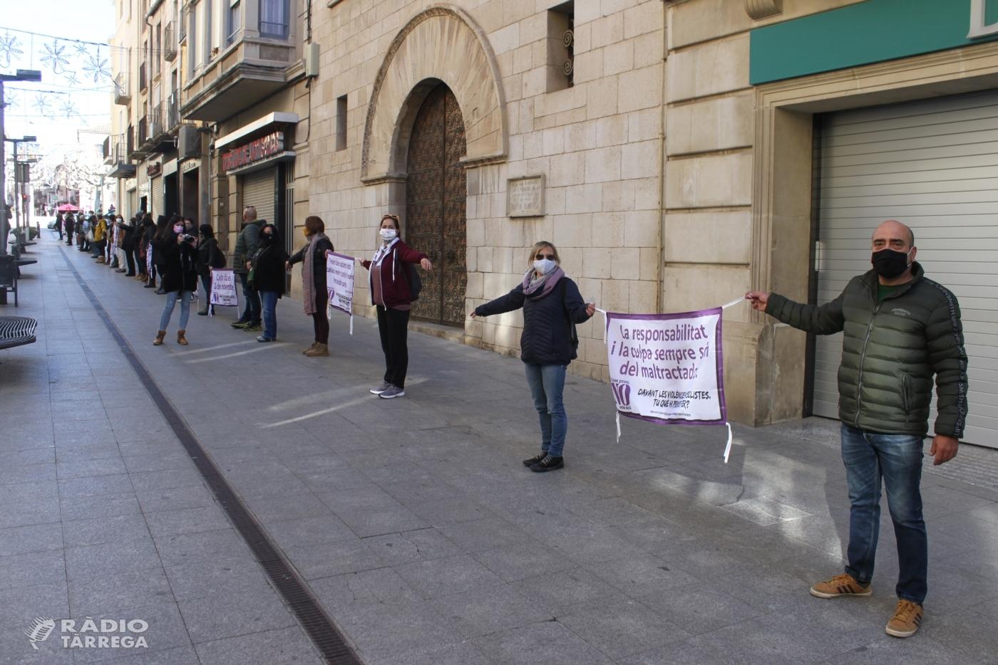 Més d'un centenar de persones participen a la Cadena Feminista de Tàrrega contra les violències masclistes